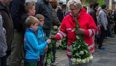 Witte rozen voor de kinderen tijdens dodenherdenking 2014