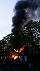 Nieuwe vlammen en zwarte rook boven Rivian