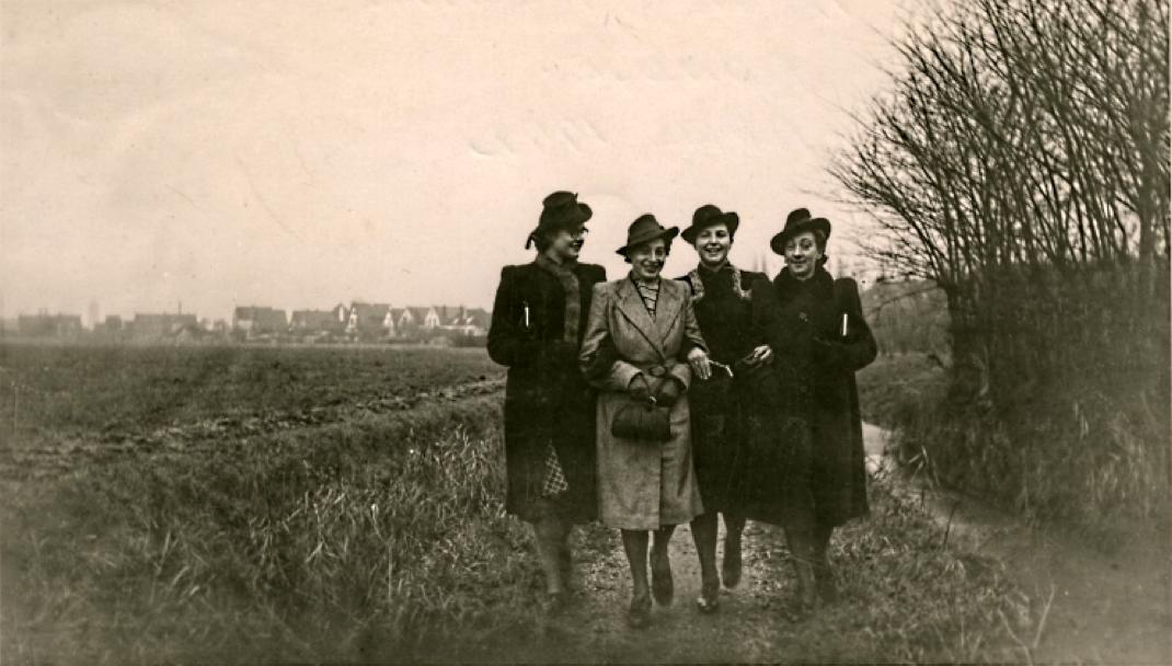 Sera Haagens uit Dirksland wandelt in april 1942 met vriendinnen over het Kromme Pad in haar geboorte- en woonplaats Dirksland. Een jaar later wordt zij op 28 mei 1943 vermoord in het kamp Sobibor. V.l.n.r.: Corrie Vermeulen, Sera, Aat Gestel en Tan de Ruiter.