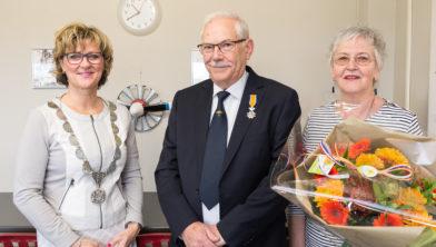 SOMMELSDIJK - Koninklije onderscheiding voor dhr L.H. Rietdijk uit handen van burgemeester Ada Grootenboer