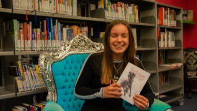 Achieffoto: Marije bij de presentatie van haar eerste boek