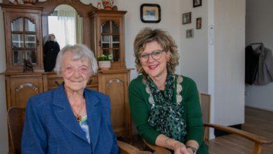 Archieffoto: Mevrouw Ras en de burgemeester op haar 106de verjaardag.
