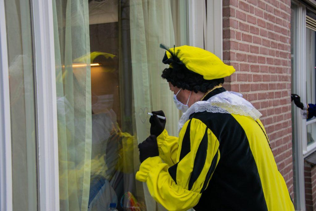 Sinterklaas en Pieten op raambezoek bij Dirksland Ziekenhuis