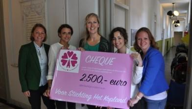 Foto uitreiking cheque Het Kopland