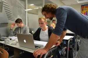 Mentor Marten Venema stelt vragen aan student Multi Media design