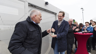 Paul de Rook opent fietskluizen op P+R te  Hoogkerk