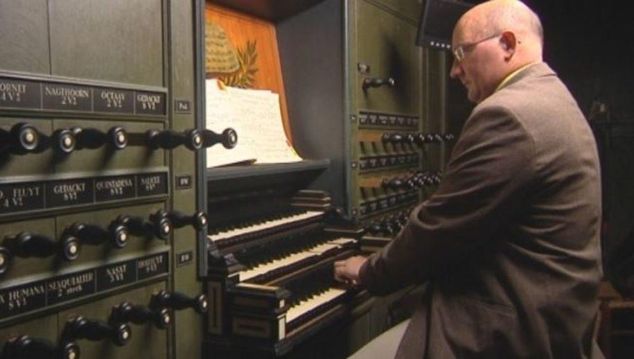 Erwin Wiersinga op het orgel in de Martinikerk