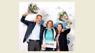 Vlnr Jan Meilof (neuroloog Martini Ziekenhuis), Dorinda Roos, directeur stichting MS Research en onderzoeker Celbiologie Wia Baron (UMCG)