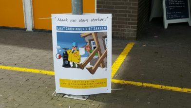 Posterbord bij stembureau Lewenborg.