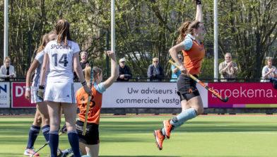 Pam van Asperen loopt juichend weg na de door haar gescoorde 1-0.