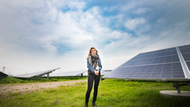 Student Kristy Benjamins met haar zonnepaneel.