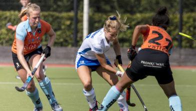 Robine Koerts en Anouk van den Berg verdedigen aanvaller Kampong.