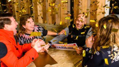 Juan en Grietje uit Glimmen verrast door Martijn Krabbé, ambassadeur van de Postcode Loterij.