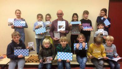 Kinderen van de Sint Michaelschool ontvangen eerste schooldampakket.