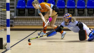 Willemijn Kuis-Bos omspeelt de keeper van HDM en scoort de 1-0.