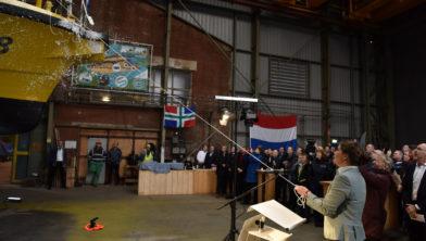 Gedeputeerde Fleur Gräper-van Koolwijk doopt het nieuwe inspectieschip PW18.