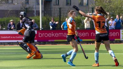 Amelia Katerla en Noor Hakker vieren de goal.