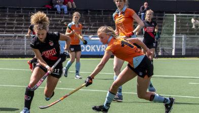 Marle Brenkman probeert Maria Verschoor van scoren af te houden.