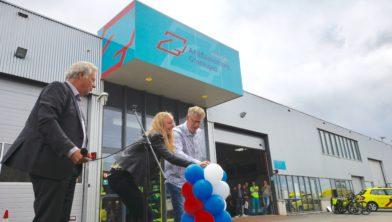 Twee medewerkers van Ambulancezorg Groningen openen het pand met een druk op de knop.