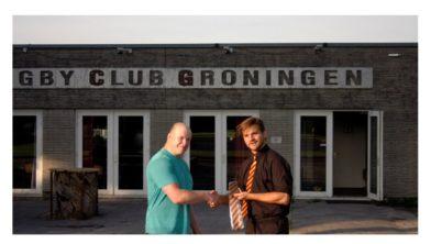 Nieuwe hoofdcoach Allard Jonkers (links) krijgt officiële das overhandigd door voorzitter Sietse Manning (rechts).