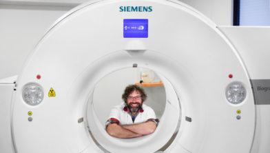 Klaas Pieter Koopmans, nucleair geneeskundige, bij een PET CT-scanner in het Martini Ziekenhuis.