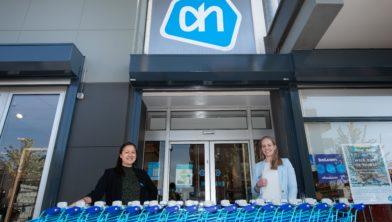 Supermarktmanager Linda Mak en haar assistent Celeste Kip zijn trots op de vernieuwde Albert Heijn Hoornsemeer.