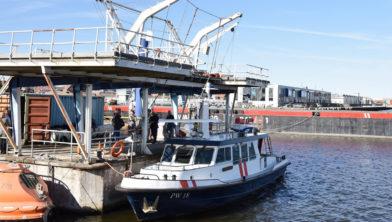 Het schip Aquarius bij het drijvend platform van Noorderpoort Energy & Maritime.