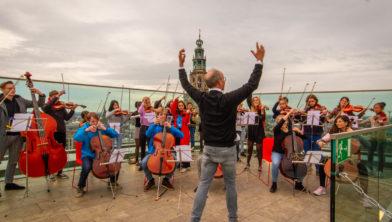 HSJO speelt Grönnes laid op het dak van het Forum.