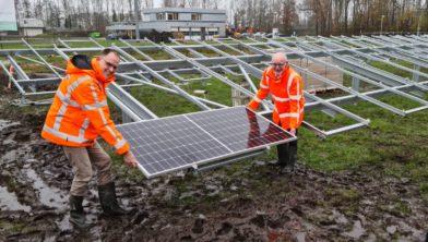 Herman Beerda en Tjitse Mollema leggen eerste zonnepaneel Waterschap Noorderzijlvest.