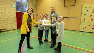 Wethouder Onderwijs Carine Bloemhoff overhandigt presentje aan de Bekenkampschool.