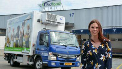 Noorderpoort-studente Linda Dusseljee naast volledig elektrische vrachtwagen van Bidfood.