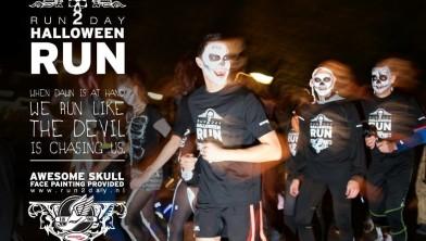 Enge schedels trekken met Halloween rennend door het centrum.