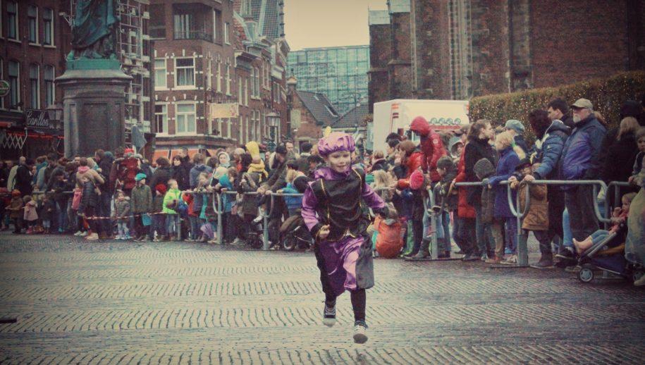 Haarlems pietje in afwachting van Sinterklaas op de Grote Markt.