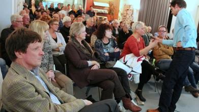 Volle zaal met omwonenden tijdens een discussie over de Amsterdamsevaart.