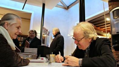 Schrijver Midas Dekkers signeert.