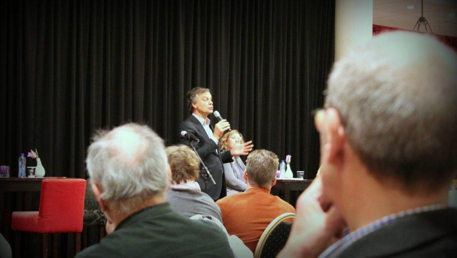 Burgemeester Bernt Schneiders tijdens de informatieavond.