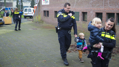 Politie helpt de kinderen evacueren.