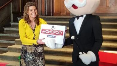 Esther Brasser met Mister Monopoly.