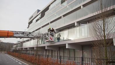Gasten verlaten het hotel via het balkon.