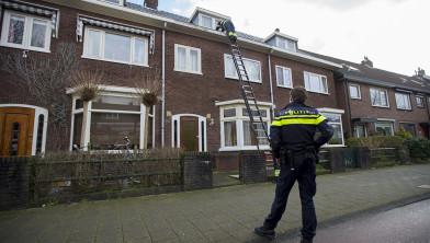 Agenten inspecteren ladder en dak.