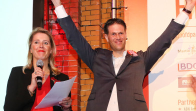Erwin Miedema wint. Links juryvoorzitter Margot Span.