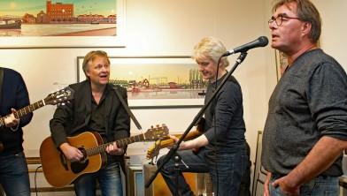 Bies van Ede zingt Het Droste-effect, Eric Coolen zingt mee en begeleidt op gitaar (onder het Droste-gebouw).