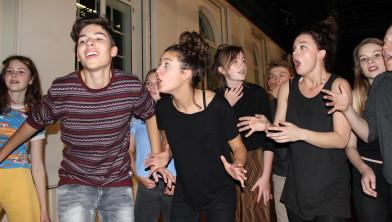 Jongeren leren het theatervak.