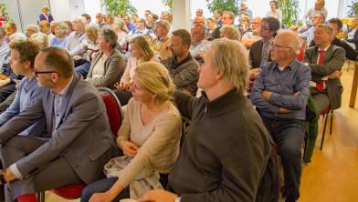 Spaarndammers bij de vergadering van de Dorpsraad. Op de derde rij, naast man met rode stropdas: Haarlems wethouder Merijn Snoek.