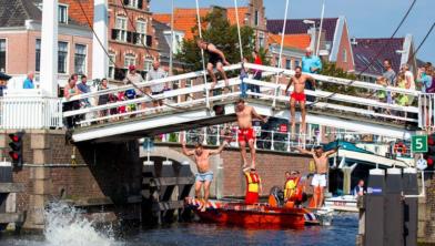 Onder andere burgemeester Bernt Schneiders, olympisch kampioen Maarten van der Weiden en ex-judoka Dennis van der Geest vragen aandacht voor Swim to fight cancer.