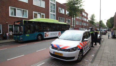 De bekogelde bus in de Slachthuisstraat.