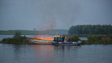 De boot is helemaal uitgebrand.