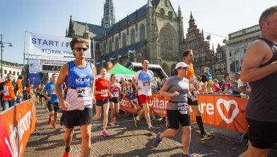 Schitterend beeld van de Grote Markt tijdens de Halve van Haarlem.