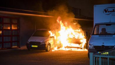 Vlammen verwoesten twee bestelbusjes.