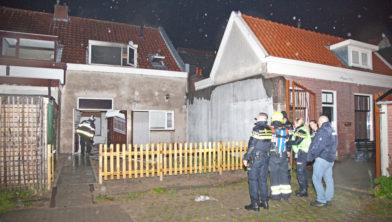 Hulpdiensten bestuderen het huis na de explosie en brand.